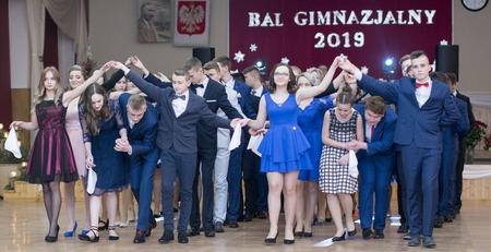 24f56039bb Rozpoczęto tradycyjnym polonezem. Ostatni Bal Gimnazjalny w ZSP w  Samostrzelu. fot. pow